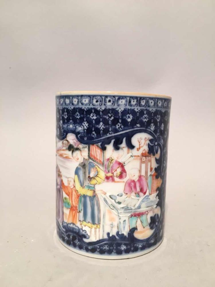 Mug circulaire à anse de préhension en porcelaine Famille rose de la Compagnie des Indes décoré en émaux polychromes à rehaut d'or sur la couverte d'une scène de dignitaires et dames de cour dans un jardin près d'un pavillon au bord d'un lac.