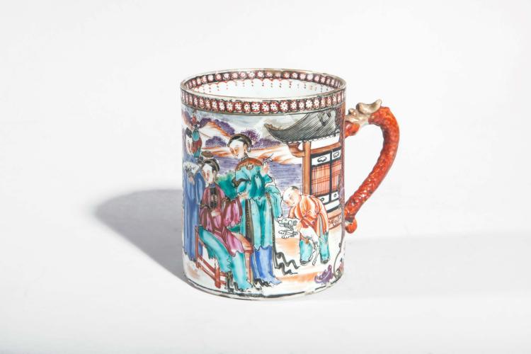 Mug en porcelaine de la famille rose de la Compagnie des Indes décoré d'une scène de palais.