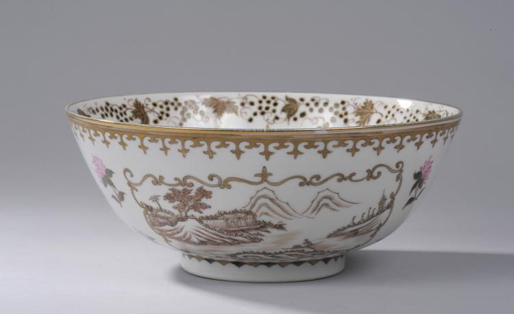 Coupe à Punch en porcelaine Famille rose de la Compagnie des Indes décoré en émaux polychromes et grisaille à rehaut d'or sur la couverte d'un domaine entouré de vignes au bord d'un lac en réserve polylobée d'une frise de fleurs de lys au