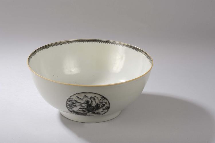Coupe à Punch en porcelaine blanche décorée en grisaille d'un paysage Hollandais en réserve circulaire et d'un liseré de pendeloque.