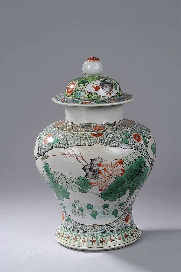 Potiche couverte en porcelaine de la famille verte décoré en réserve polylobée de bouquets de fleurs lacustres et frises florales.