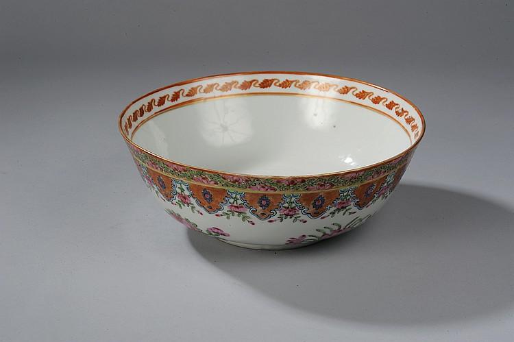 Large bol sur pied en couronne en porcelaine famille rose décoré en émaux polychromes sur la couverte de pivoines épanouies,