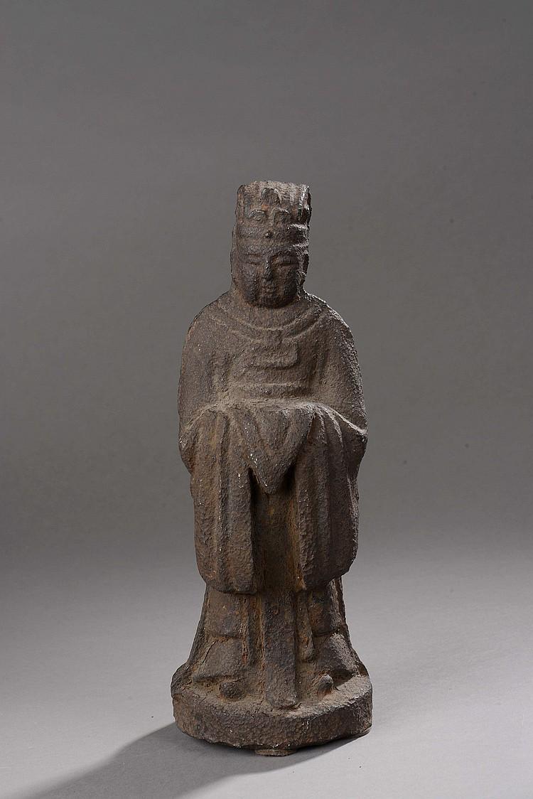Haut dignitaire vêtu d'une tunique de cour et coiffé d'un bonnet de haut fonctionnaire portant une offrande.