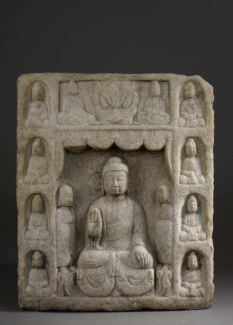 Stèle Bouddhique illustrant le Buddha Sakyamuni une main en abaya mudra entouré de Lohans,