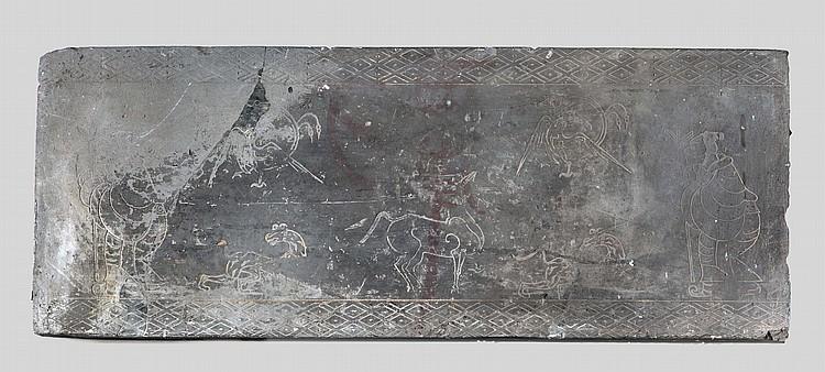 Importante brique murale gravée de motifs zoomorphes et anthropomorphes.