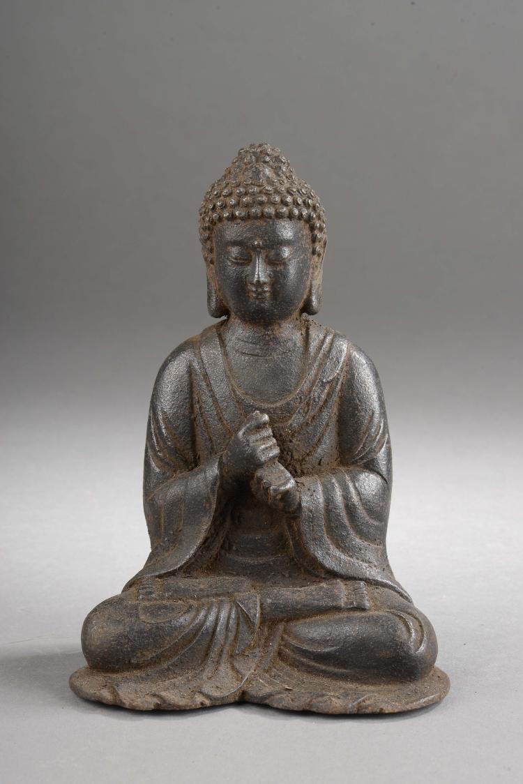 Buddha assis prêchant la doctrine vêtu de sa robe monastique.