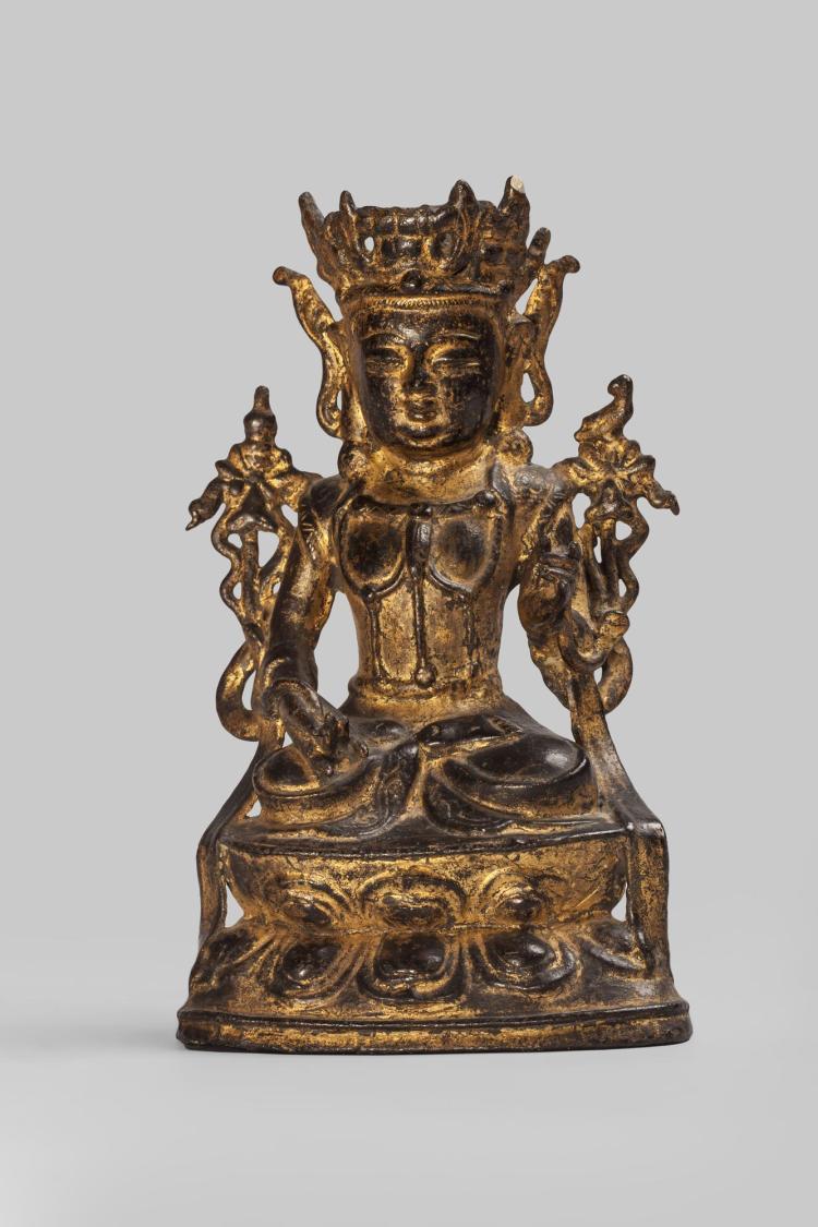 Le Boddhisattva Kwan Yin Avalokitésvara paré et couronné assis en méditation sur un socle lotiforme.