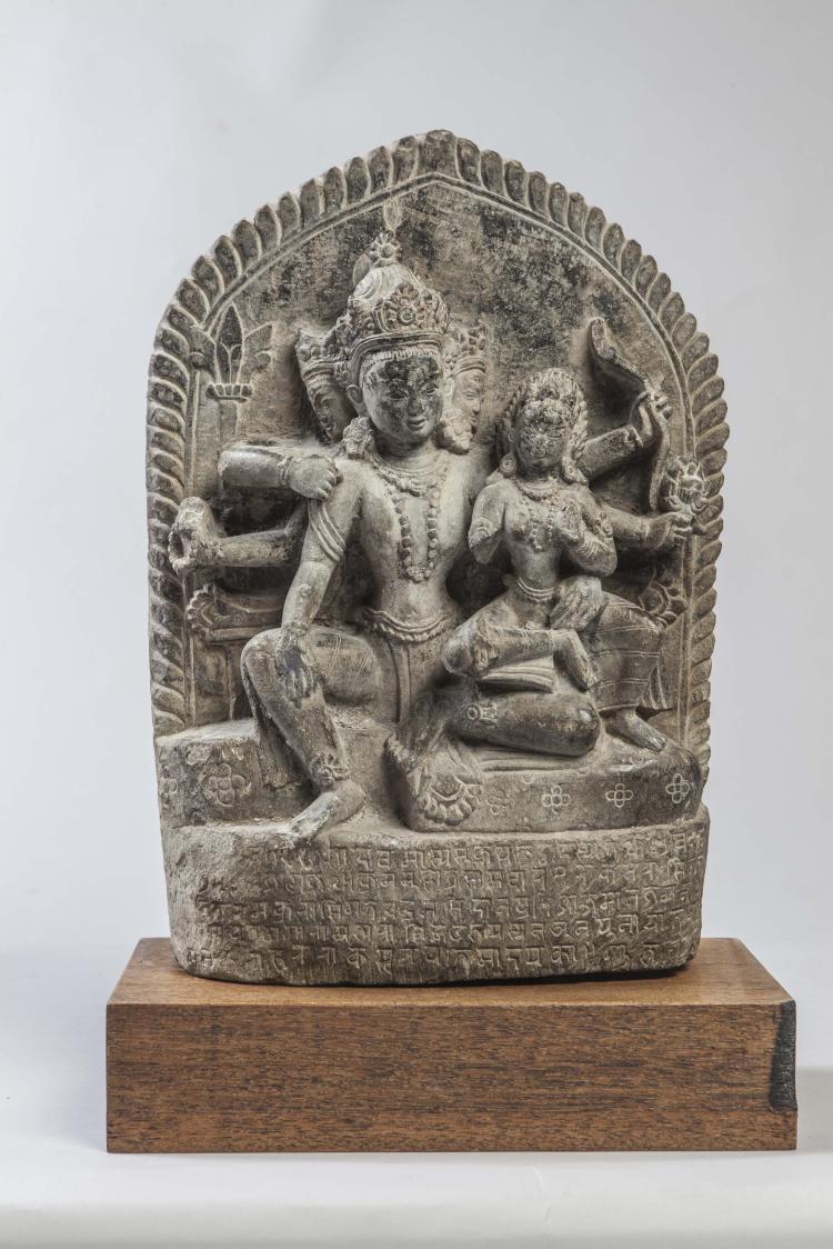 Stèle Uma Maheshvara illustrant le couple divin Shiva Parvati,