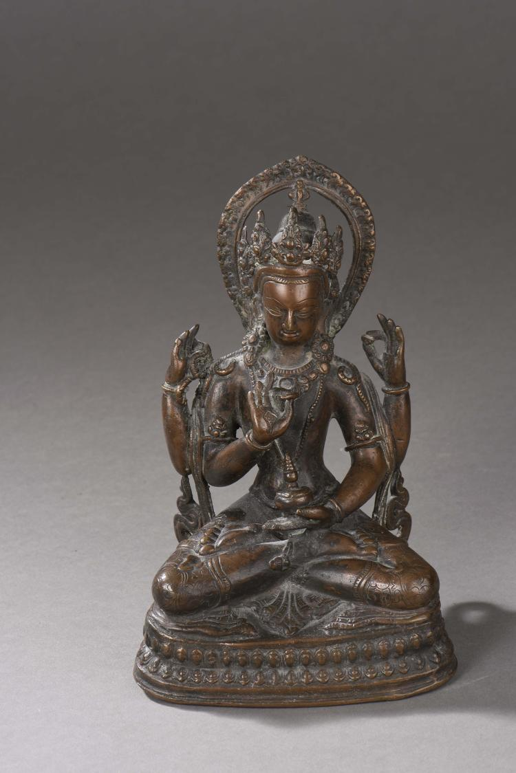 Le Buddha Amitayus assis en vajrasana sur un double socle lotiforme sous une forme à quatre bras marquant des mudras et tenant le vase rituel Kalasha,