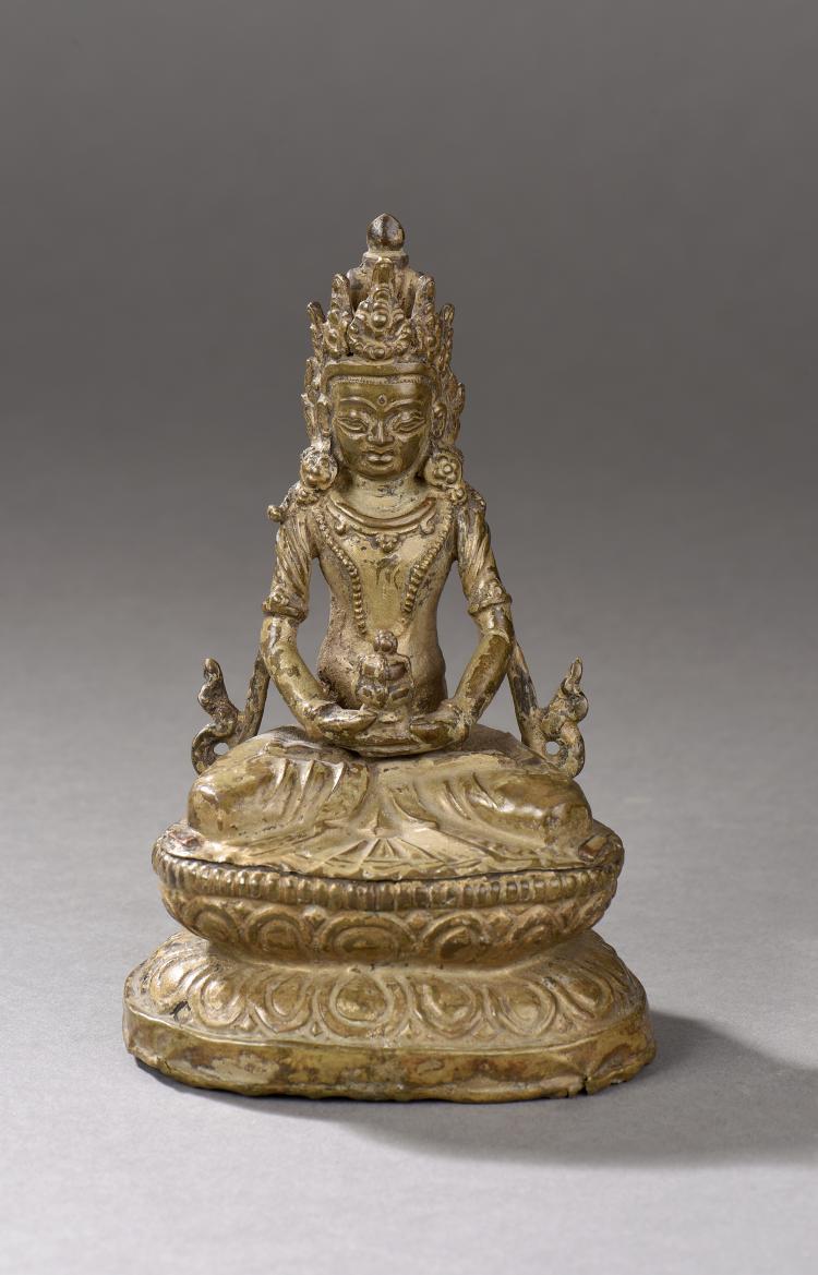 Buddha Amitayus assis en méditation sur un socle à double rangée de lotus paré de joyaux et d'un diadème tenant dans le vase kalasha contenant la liqueur d'immortalité amrita.Fonte de bronze et cuivre repoussé doré.