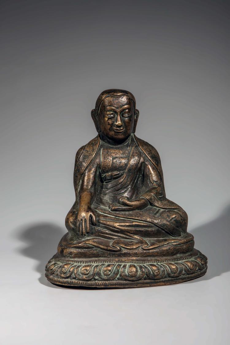 Portrait de lama assis sur un lotus vêtu d'une robe monastique la main droite dans la prise de la terre à témoin et la gauche en dhyanaludra tenant une offrande.