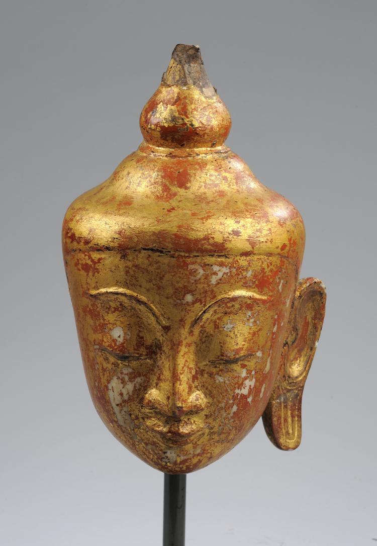 Tête de Buddha à l'expression sereine coiffée de la protubérance crânienne ushnisha surmonté d'un rasmi piriforme.