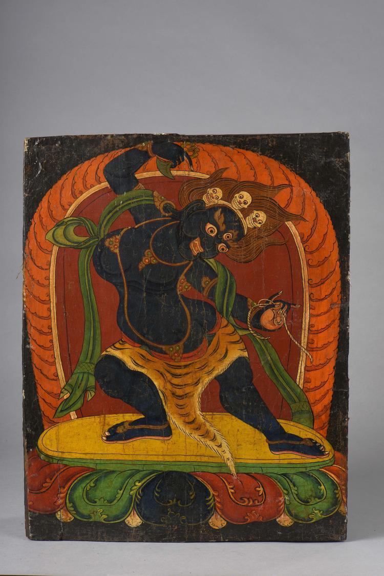 Panneau d'architecture intérieur de monastère illustrant Mahakala debout en pratialidasana sur un autel lotiforme tenant le lien pasa et le couteau à écorcher kartrika vêtu d'une peau de tigre et coiffé d'une couronne à têtes de sitipati.
