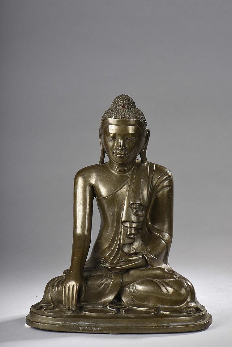 Buddha Maravijaya assis en bumishparshamudra vêtu de la robe monastique au plissé bouillonnant.