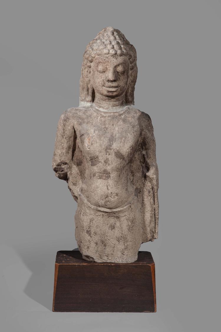 Buste de Buddha vêtu de la robe monastique utaransanga,