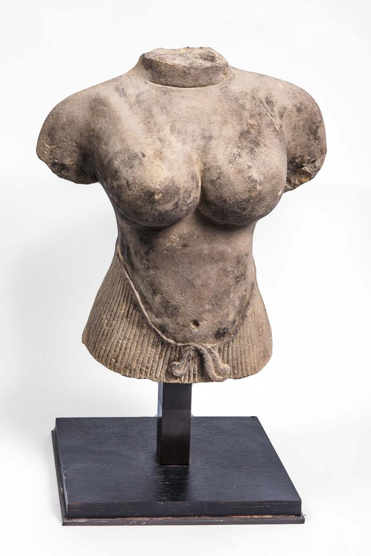 Torse de la déesse Uma ciselé à la taille d'un sampot à plis ceinturé.