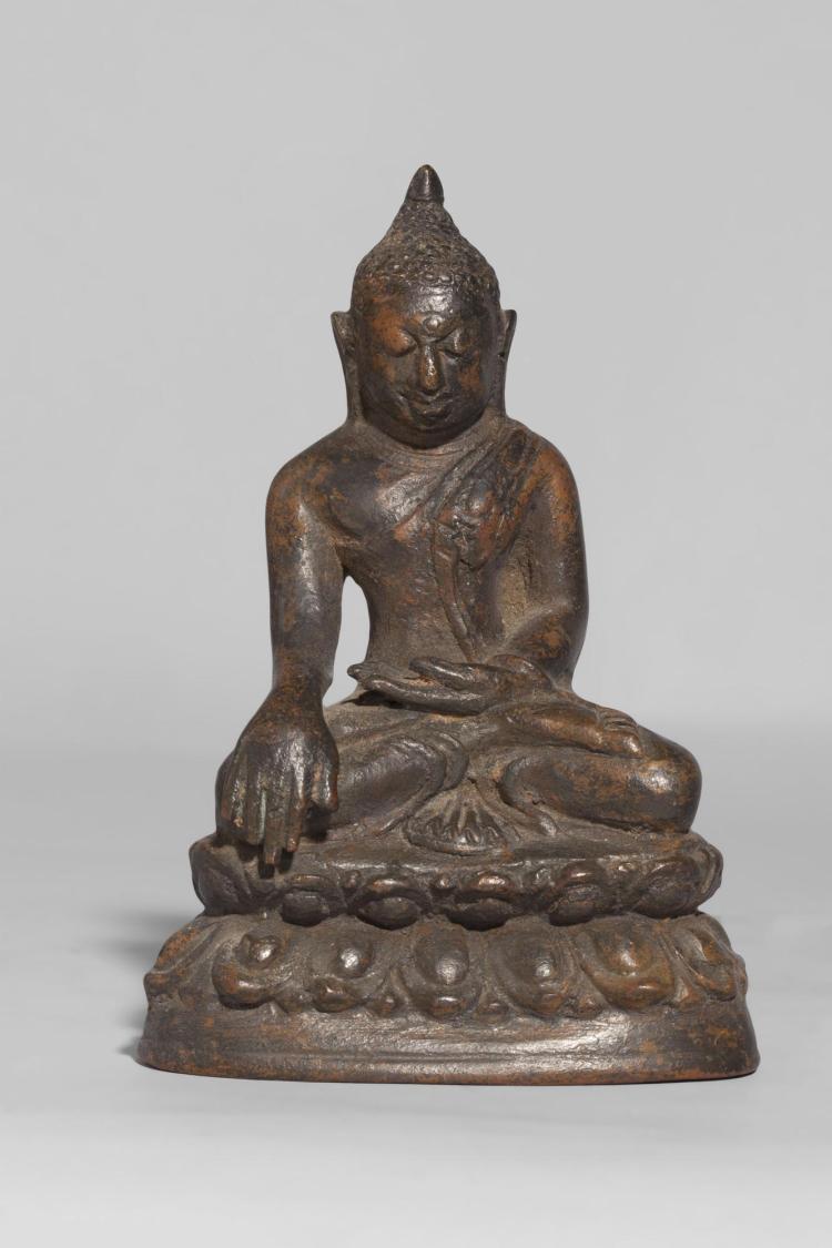 Buddha Maravijaya assis sur une double base à rangées de lotus vêtu de la robe monastique et coiffé d'un rasmi.