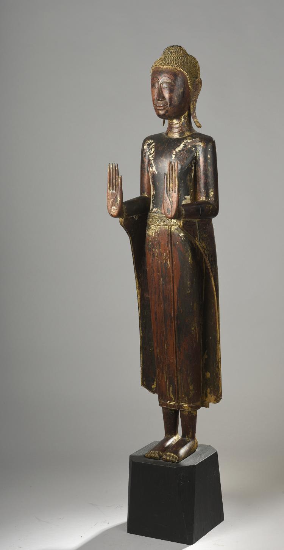 Buddha debout en posture hiératique les deux mains en abaya mudra geste du renoncement vêtu de la robe monastique utarasanga à pans déployés,