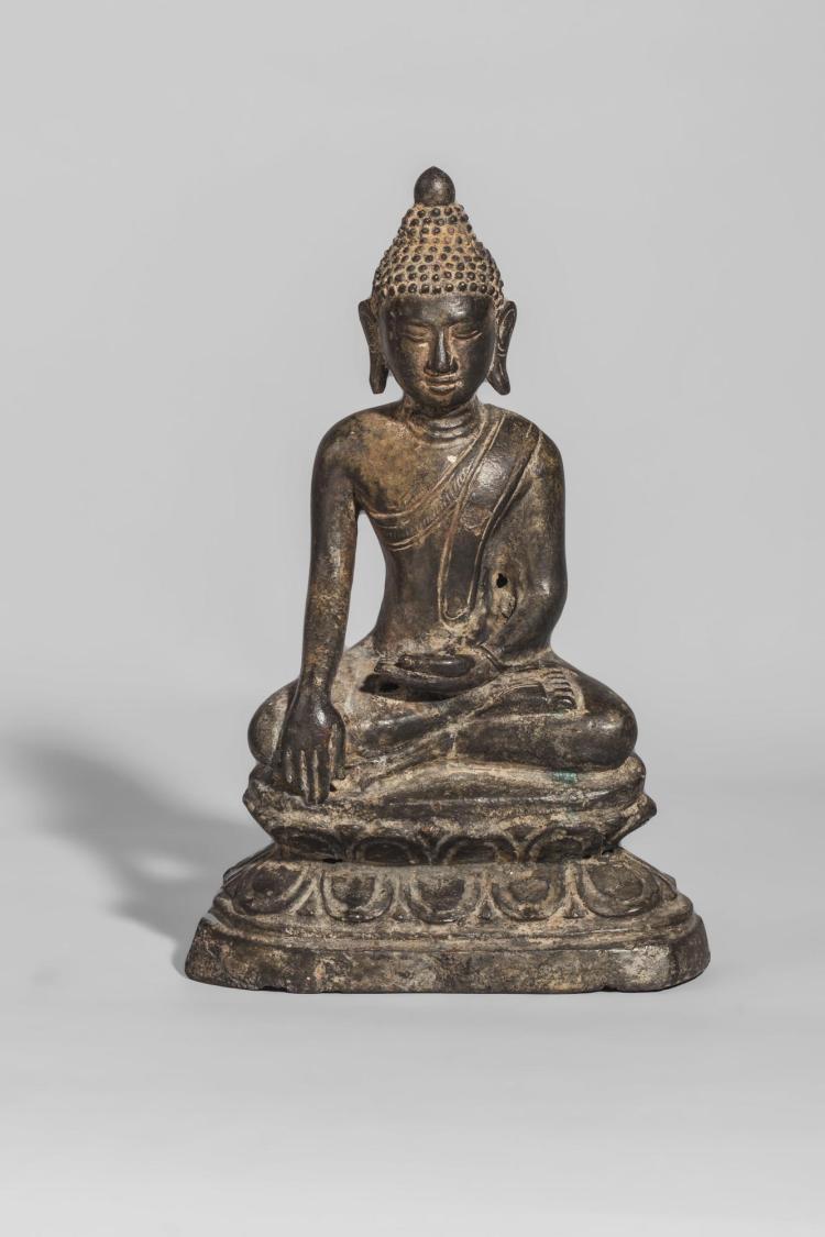 Buddha Maravijaya assis sur un socle lotiforme coiffé de l'ushnisha et d'un rasmi.