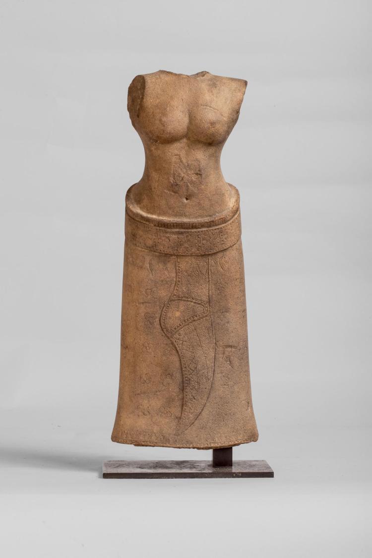 Torse de Uma vêtu d'un sarong long ceinturé d'un large galon retombant en un pan vertical replié sur lui-même,