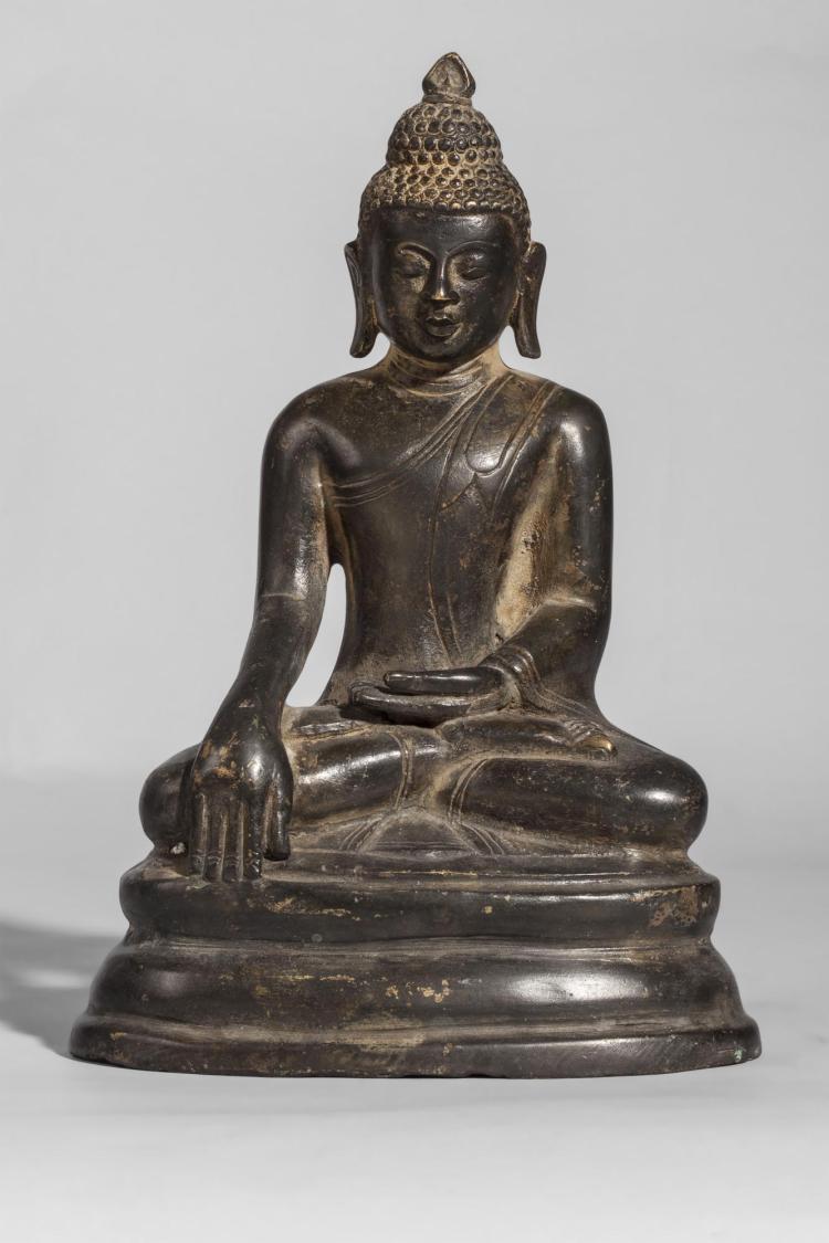 Buddha Maravijaya assis en virasana et dhyanasana mudra,