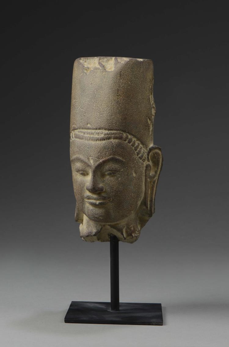 Tête de Vishnu coiffée d'une tiare conique sur de larges boucles retombant sur la nuque.