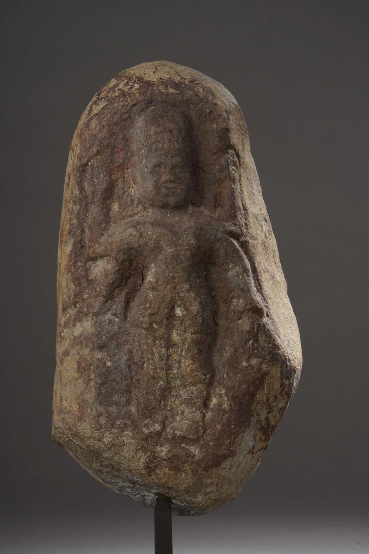 Haut relief illustrant Shiva coiffé d'un haut chignon.