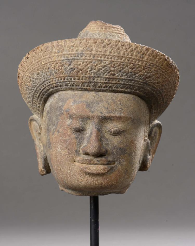 Tête de Vishnu coiffée d'un diadème finement orfévrie surmontée d'une Mukuta conique couvrant une chevelure organisée en fines tresses.