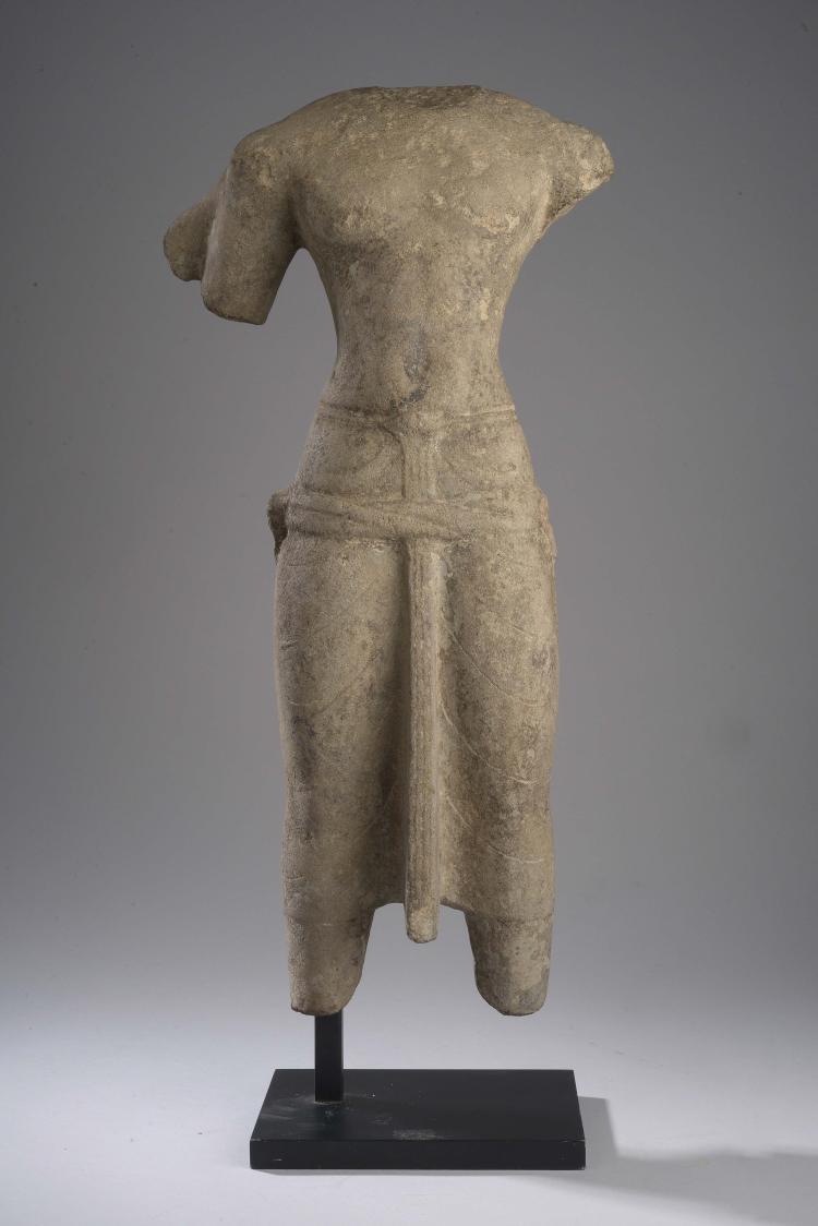 Torse de Vishnu sous sa forme à quatre bras vêtu d'un sampot plaqué noué d'un pan frontal rectiligne retenu par une ceinture torsadée sur les hanches.