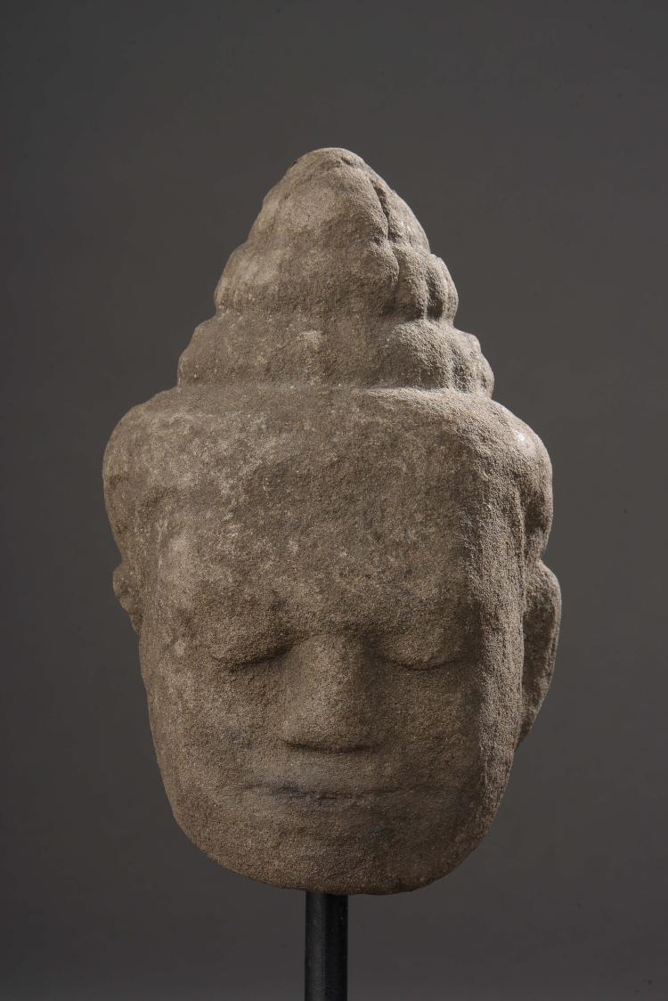 Tête de Buddha à l'expression sereine surmontée en trois rangées de boucles de la protubérance crânienne ushnisha,