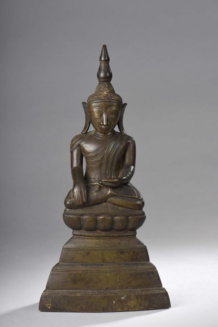 Buddha Maravijaya assis sur un haut socle lotiforme .