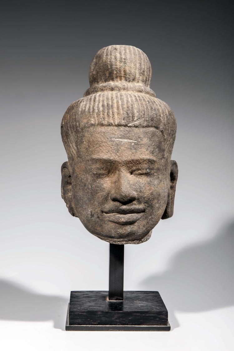 Tête de Shiva aux cheveux tressés maintenus en un chignon jatamukuta bombé maintenu par un anneau de grosses perles.