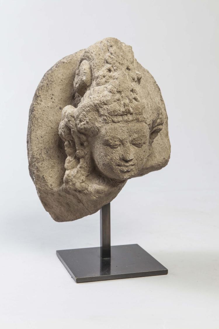 Tête de Shiva  coiffée d'un haut chignon retombant en spirale et en larges boucles,