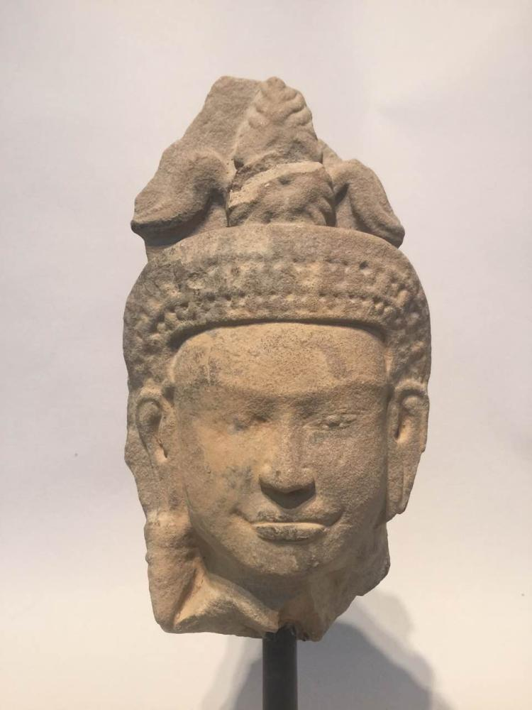 Tête de Devata coiffée d'un diadème surmontée de plumes provenant d'un haut relief de sanctuaire.