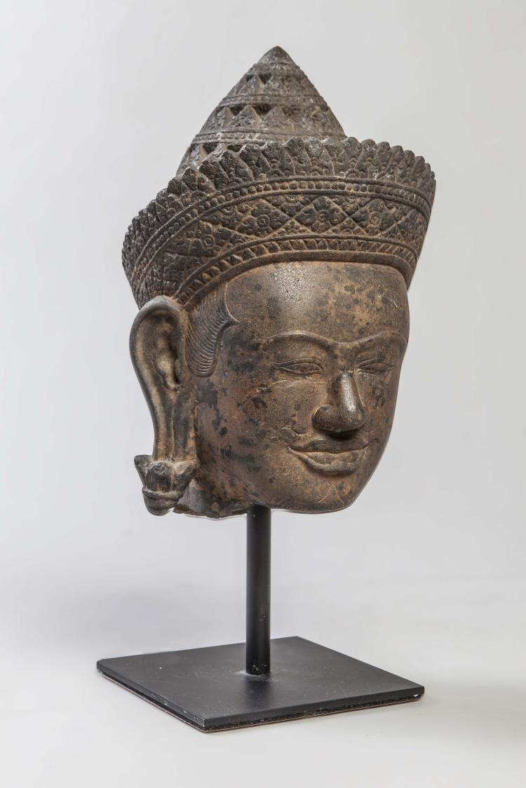 Tête de Vishnu coiffée d'une tiare conique mukuta sertie d'un diadème finement ouvragés,