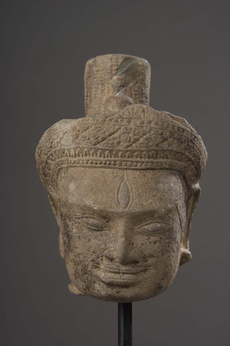 Tête de Lokeshvara coiffée d'un diadème orfévrie surmontée d'une haute mukuta cylindrique incorporant l'image du Buddha Amitabha  et .