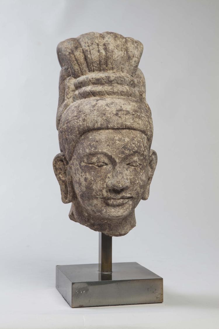 Tête de Shiva coiffée d'un haut chignon déployé en quatre tresses éventail et maintenues par un double lien.