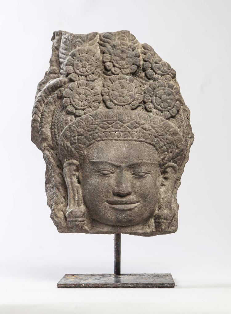 Tête de Dévatâ provenant d'un haut relief de sanctuaire,