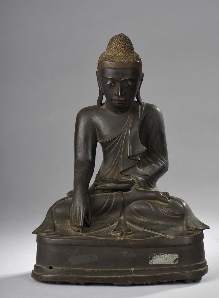 Buddha Maravijaya assis en dhyanasana la main droite dans la prise de la terre à témoin.