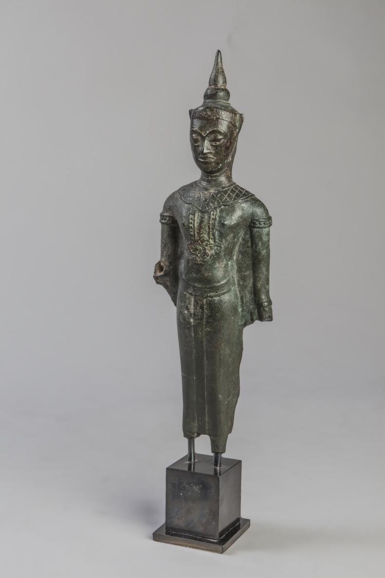 Buddha debout paré et couronné de la coiffe à ailettes surmontée d'un haut rasmi vêtu d'une robe monastique.