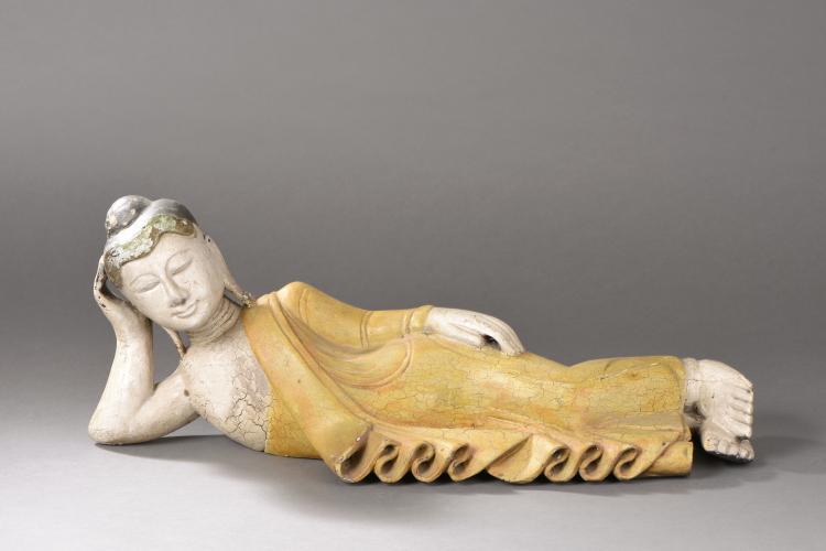 Parinirvâna Buddha allongé avant le grand départ vers le nirvana vêtu de la robe monastique utarasanga aux plissés bouillonnants.