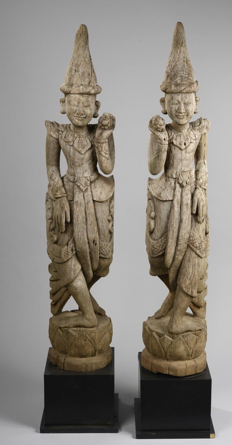 Paire de danseurs vêtus de leur costume traditionnels figurés debout sur des tertres lotiformes.