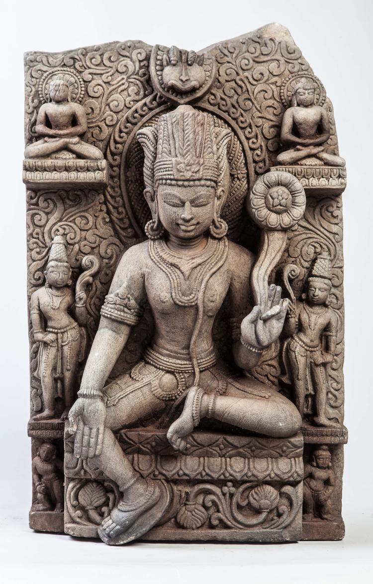 Stèle illustrant Vishnu assis en lalitasana paré de joyaux,