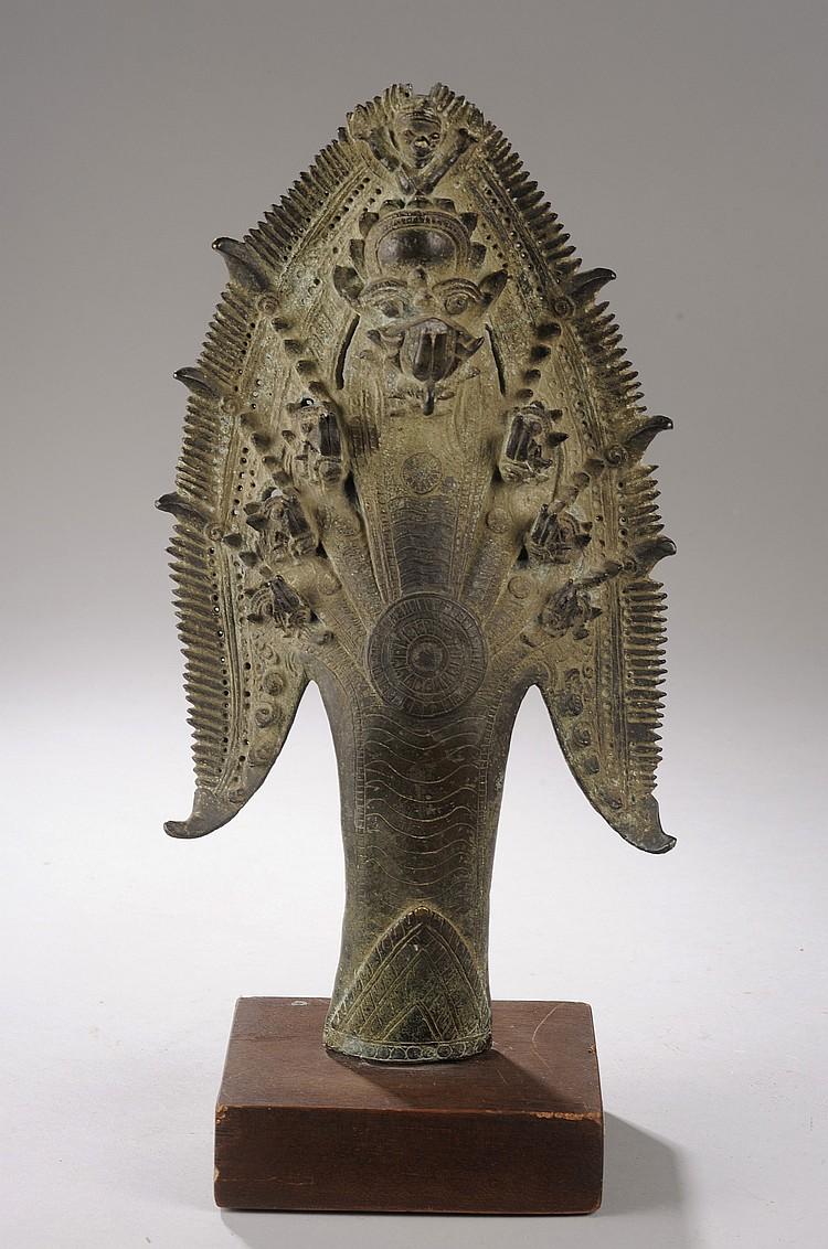 Chaperon septacéphale d'un bouddha mucilinda illustrant les têtes de Naga déployées protégeant le bouddha du déluge,