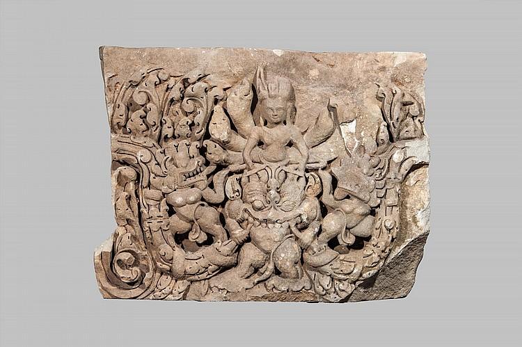 Frise de sanctuaire illustrant Vishnu sous la forme de Buddha mucilinda abrité du naga pentacéphale chevauchant le démon Banasbati,