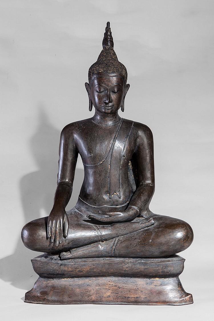 Important Buddha Maravijaya assis en virasana sur un socle étagé vêtu d'une robe monastique lui couvrant l'épaule gauche et rabattu en un pan frontal rectiligne,