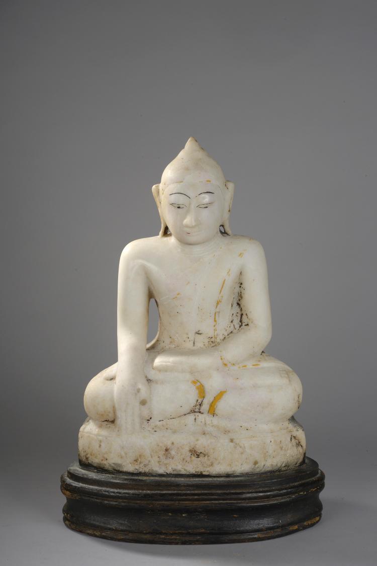 Buddha Maravijaya assis en vajrasana et bumishaparsha mudra.