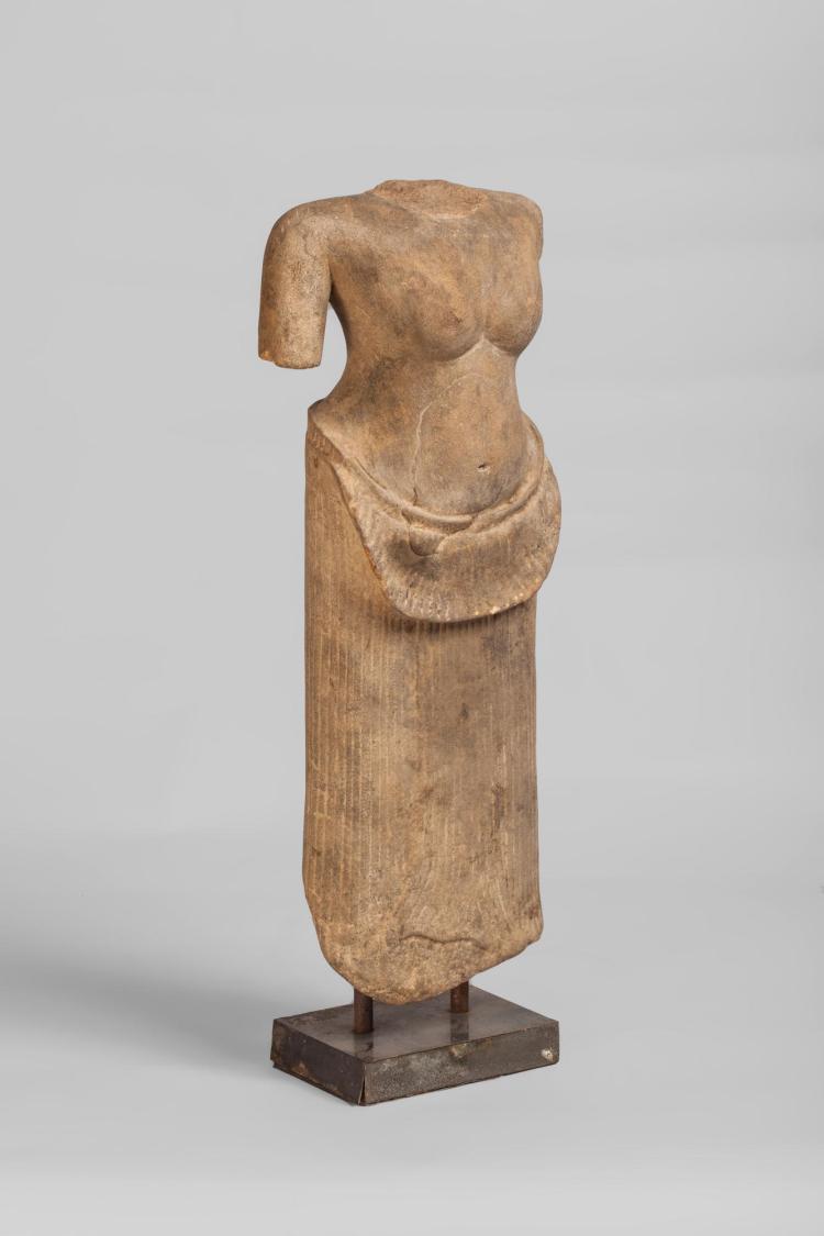 Torse de Uma vêtu d'un sampot long au drapé stylisé et retenu à la ceinture par un large pan à bord rabattu et un autre vertical terminé en queue de poisson.