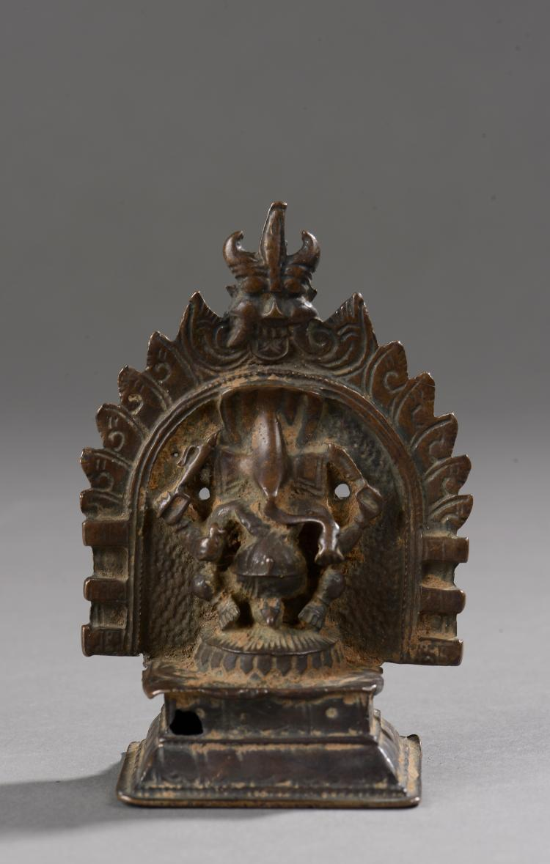 Ganesh sous une forme à quatre bras chevauchant la souris Muchika,