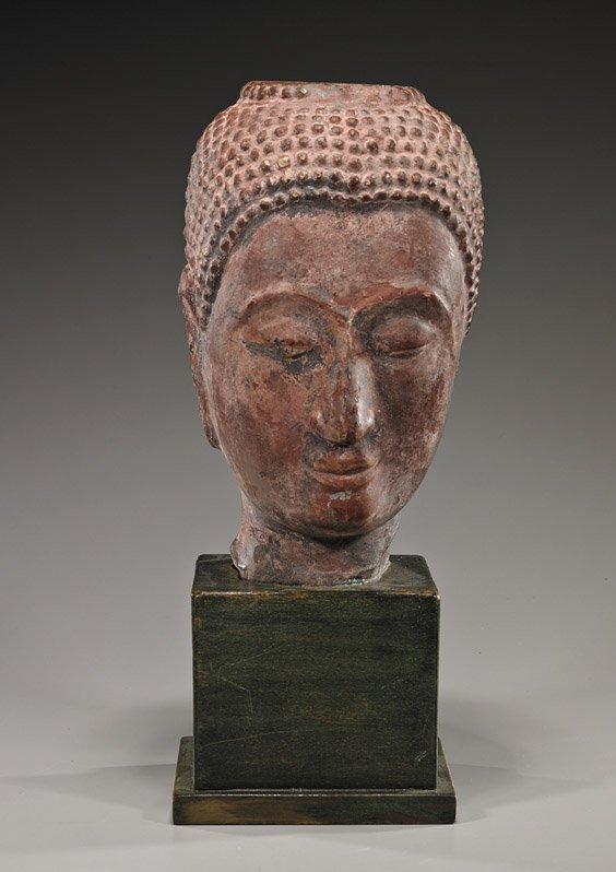 Tête de Buddha à la coiffure organisée en fines bouclettes .